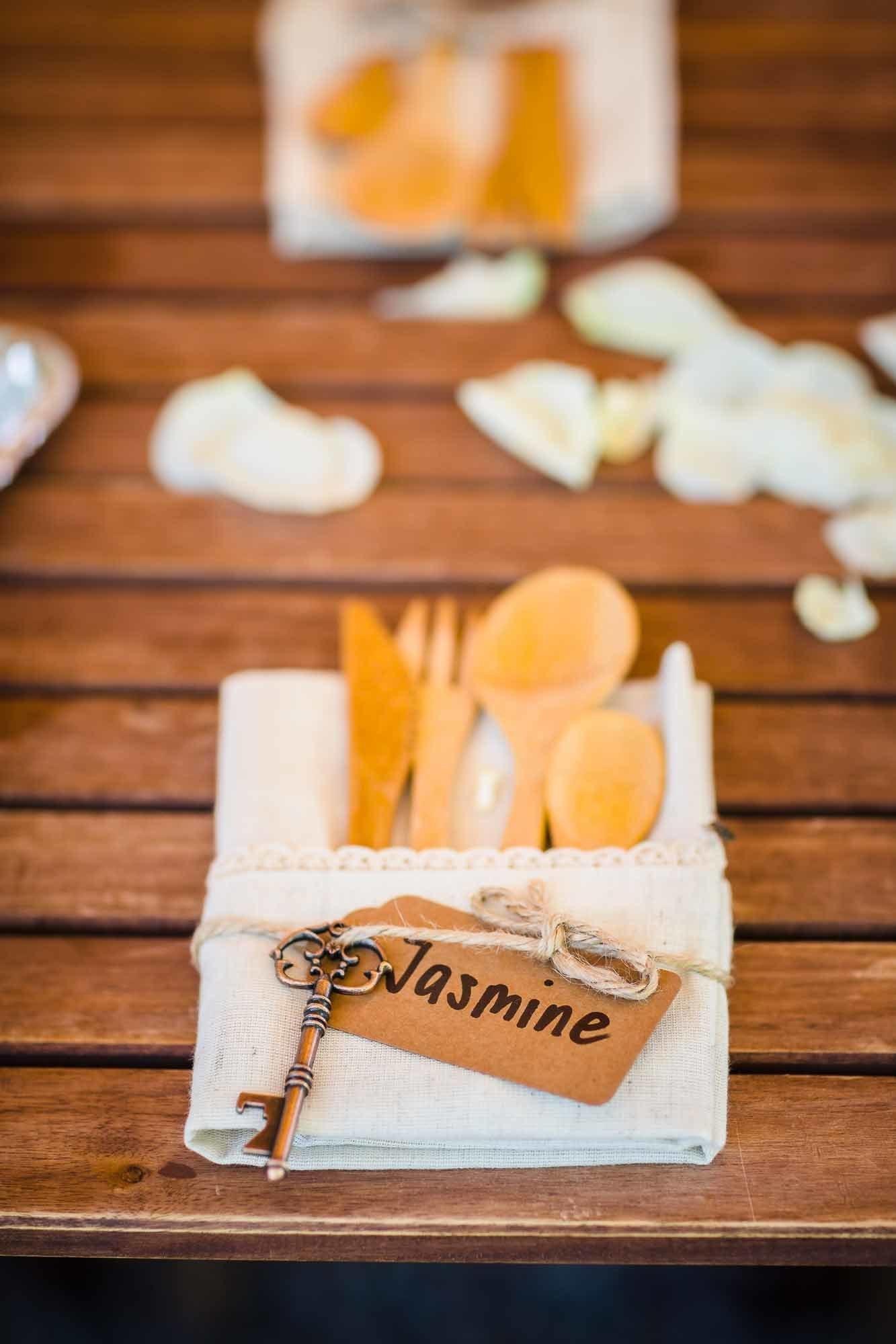 Hochzeitsdeko Holzbesteck und Flaschenöffner in Schlüsselform