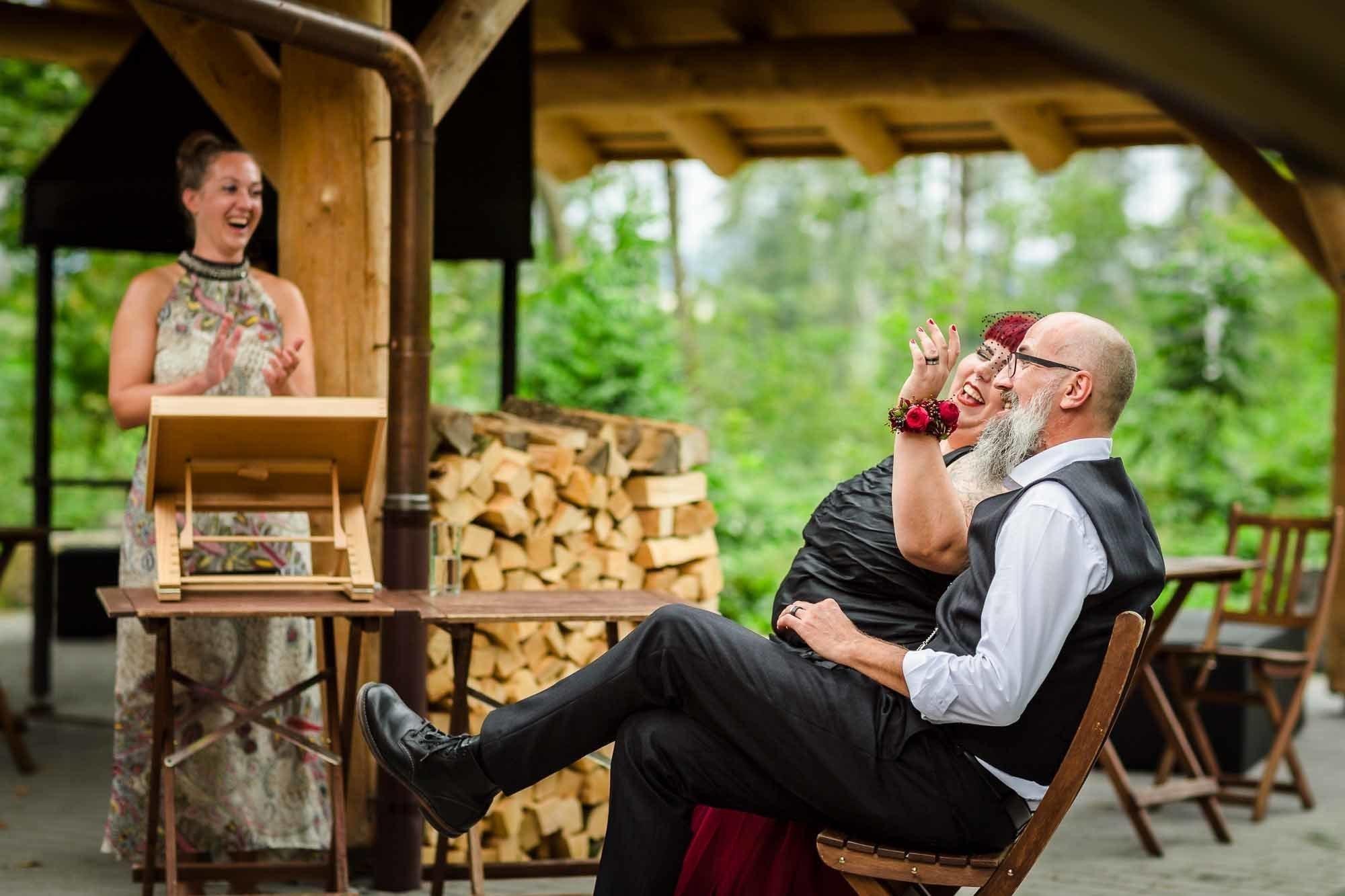Brautpaar lacht. Hochzeitsfotos Gossau Waldhütte