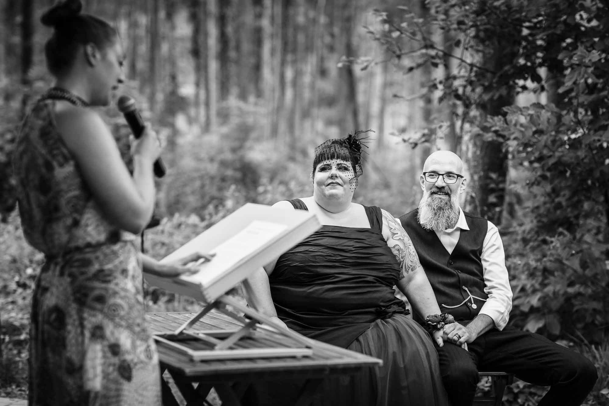 Hochzeitszeremonie Waldhütte im Wald