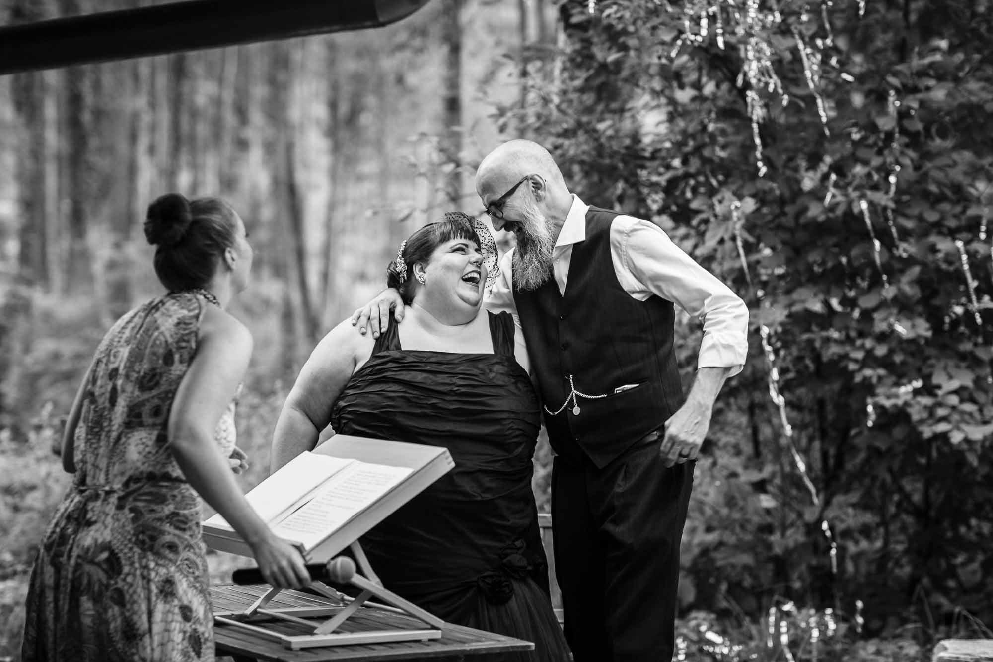 Brautpaar lacht nach Kuss