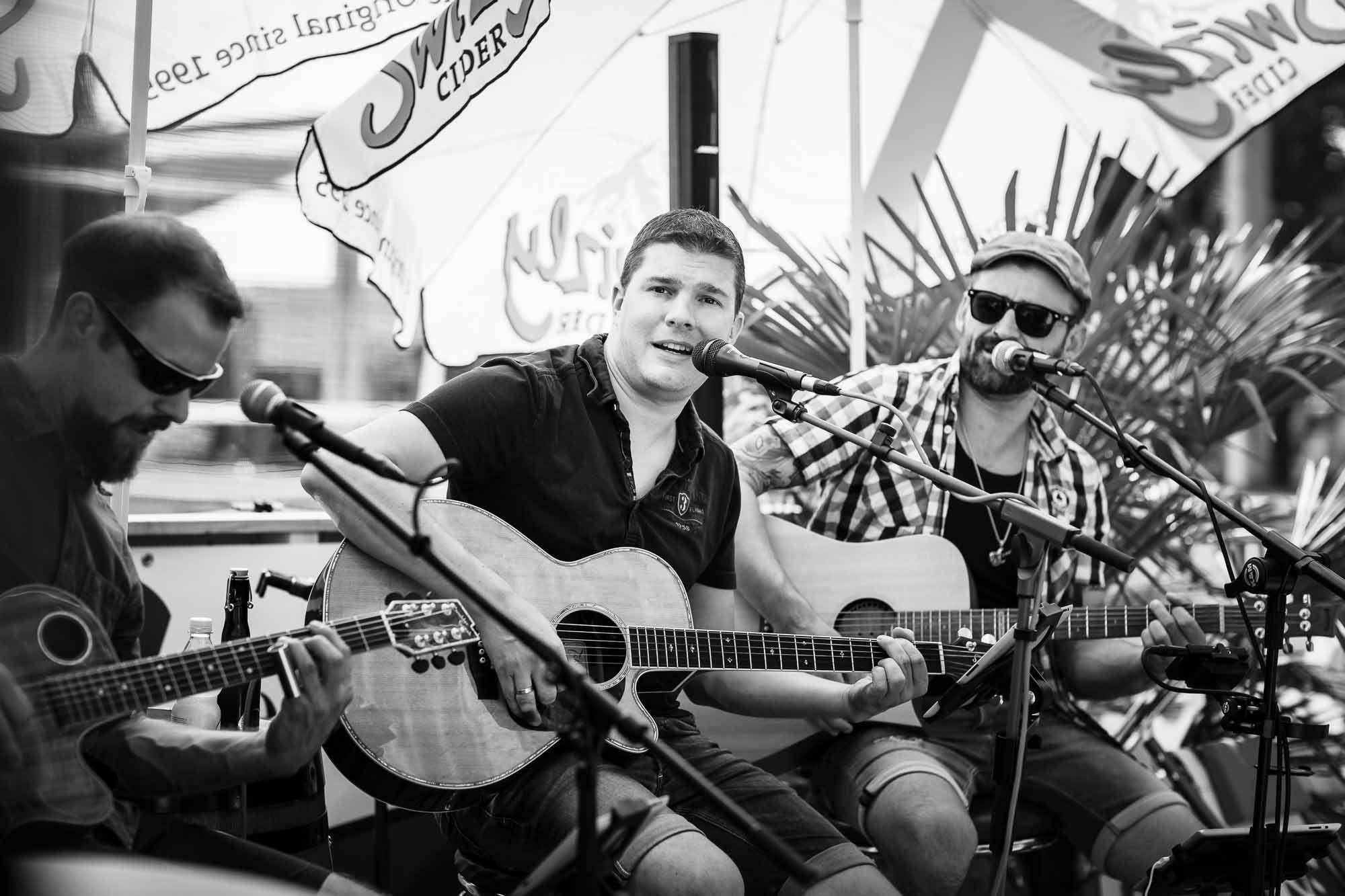 Akkustik Rockband mit drei Gitarren