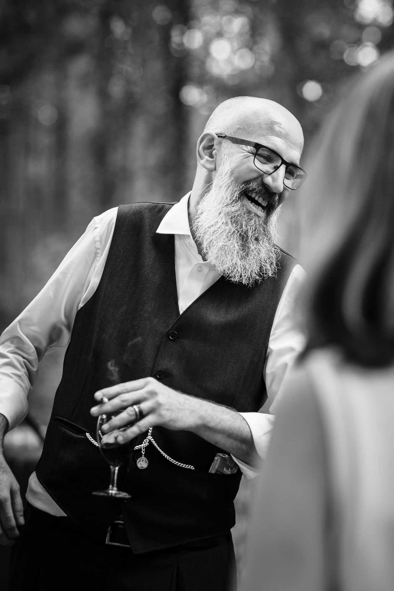 Bräutigam lacht