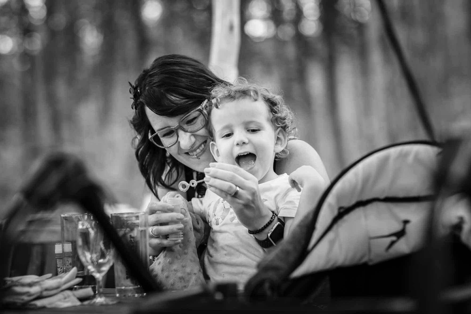 Mutter und Kind machen Seifenblasen