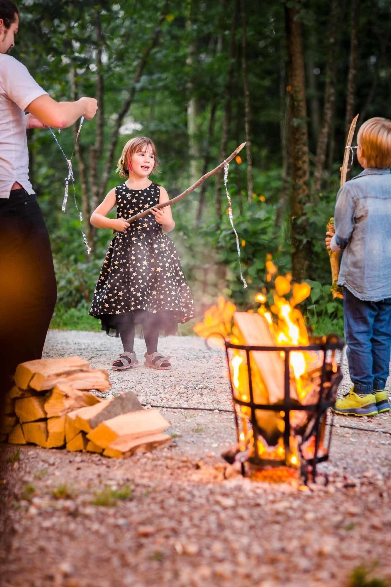 Kinder spielen am Feuer