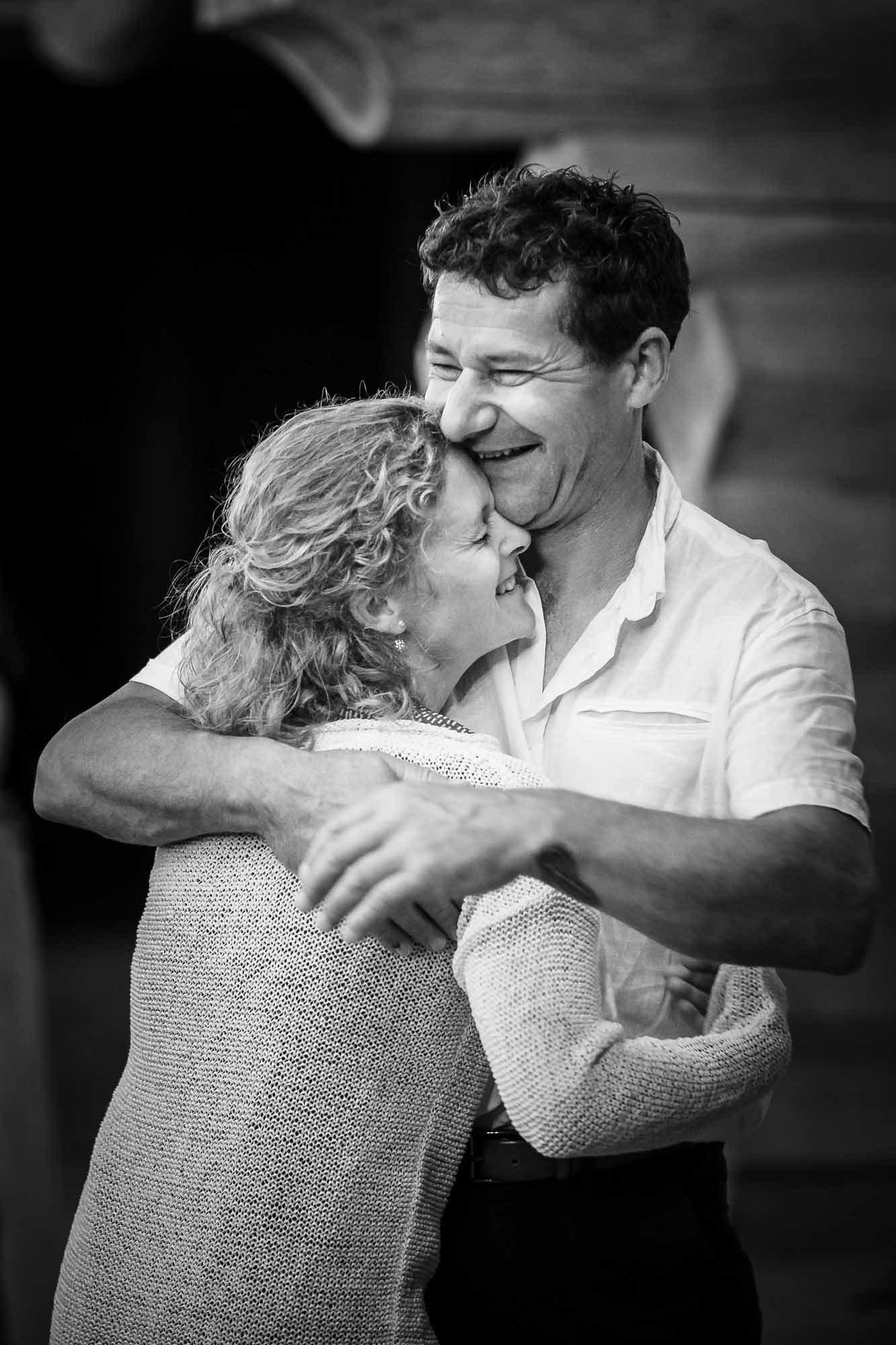 Paar umarmt sich innig und kuschelt
