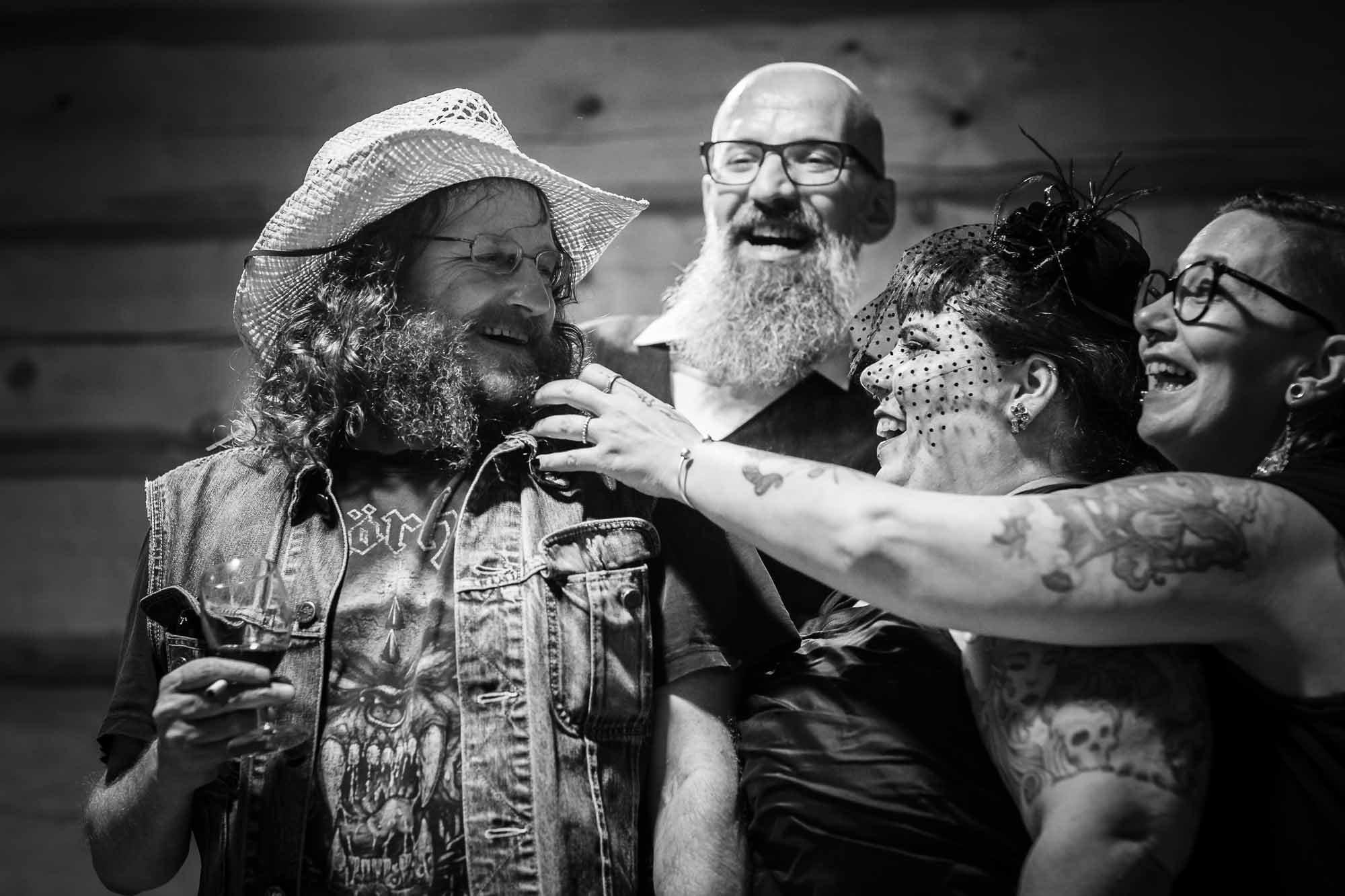 Bart von Gast wird gekrault