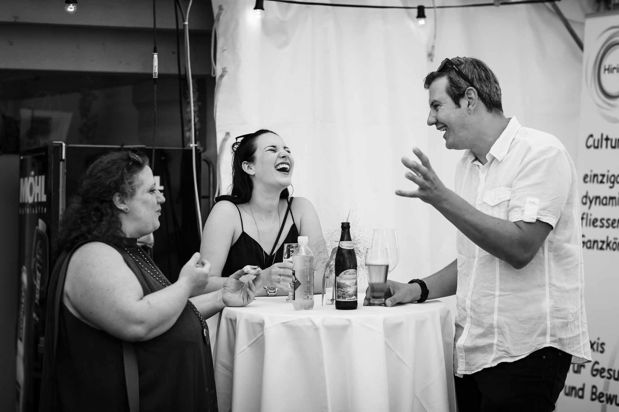 Gäste lachen beim Gespräch