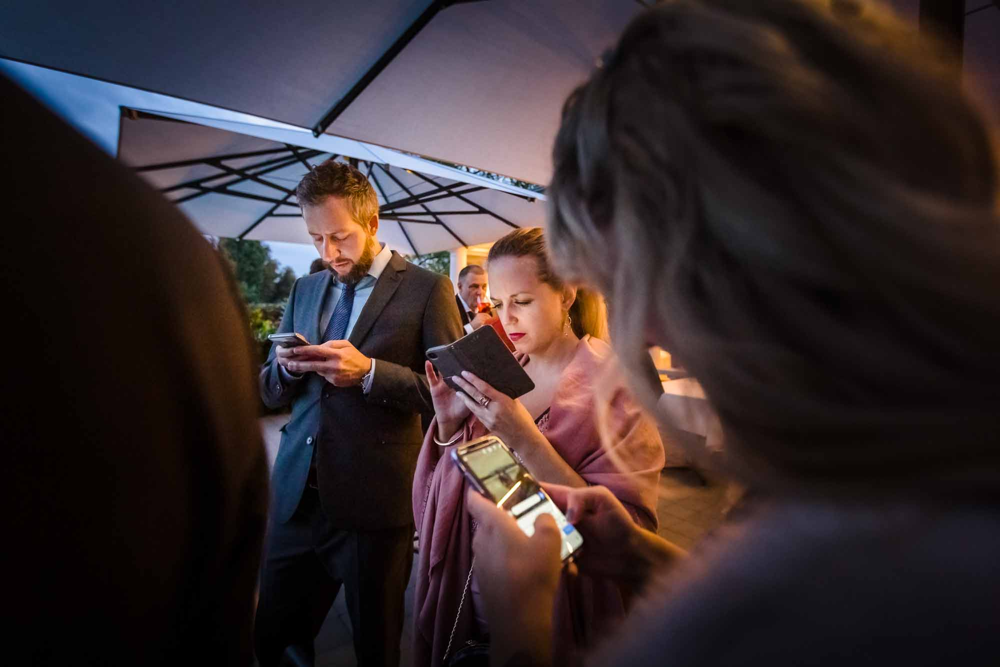 Hochzeitsgäste kleben am Handy
