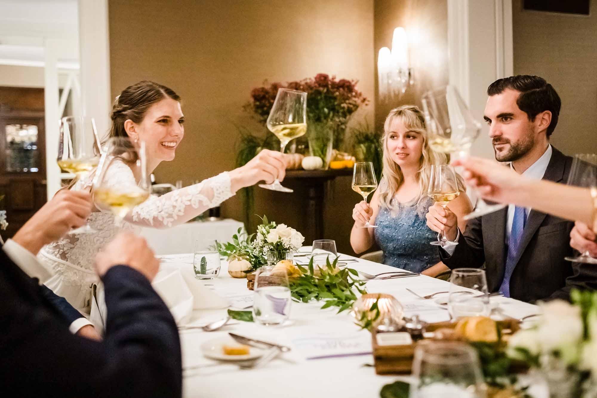 Braut stosst mit Gästen an