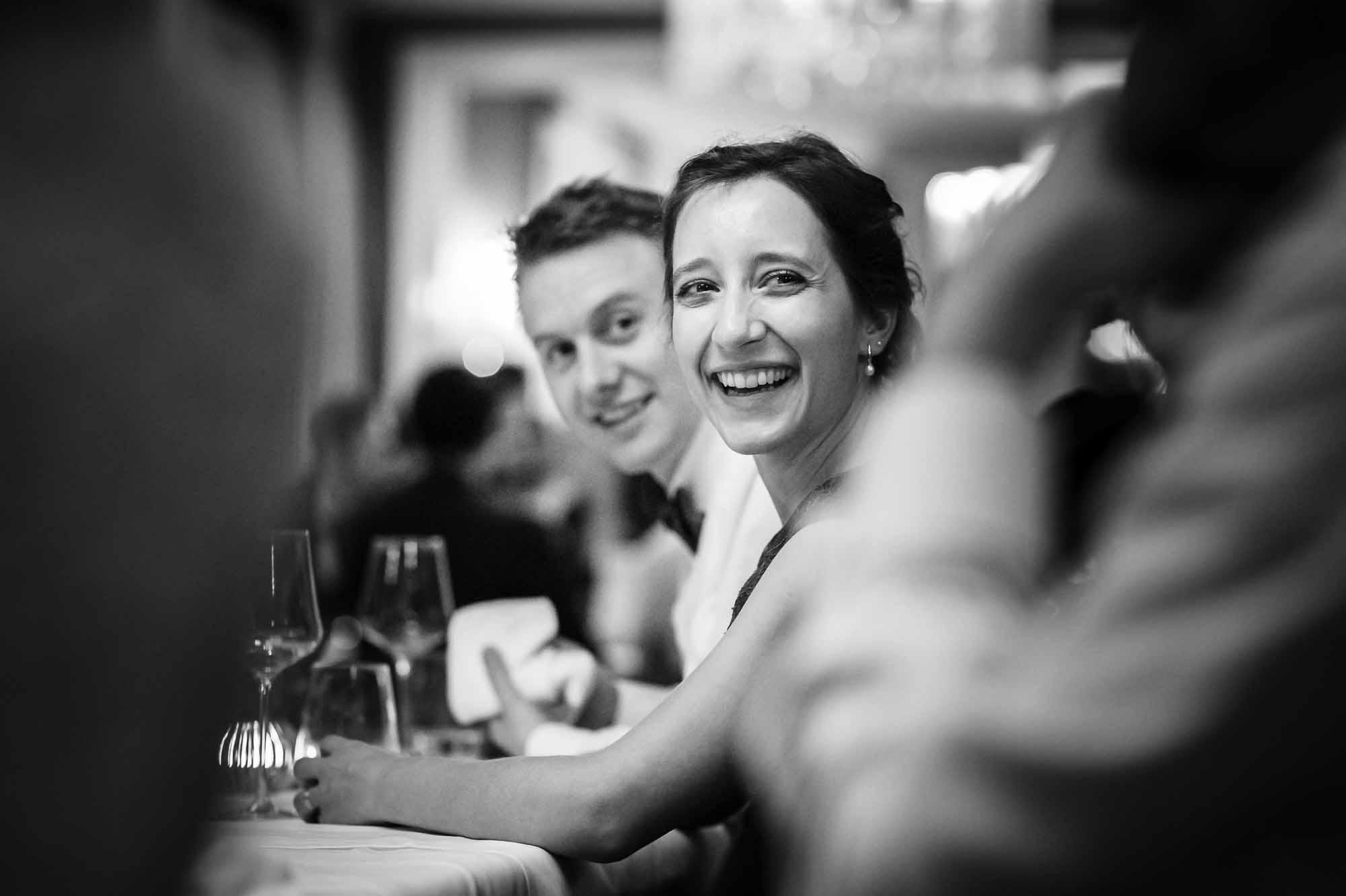 Hochzeitsgast lacht wegen guten Gesprächen