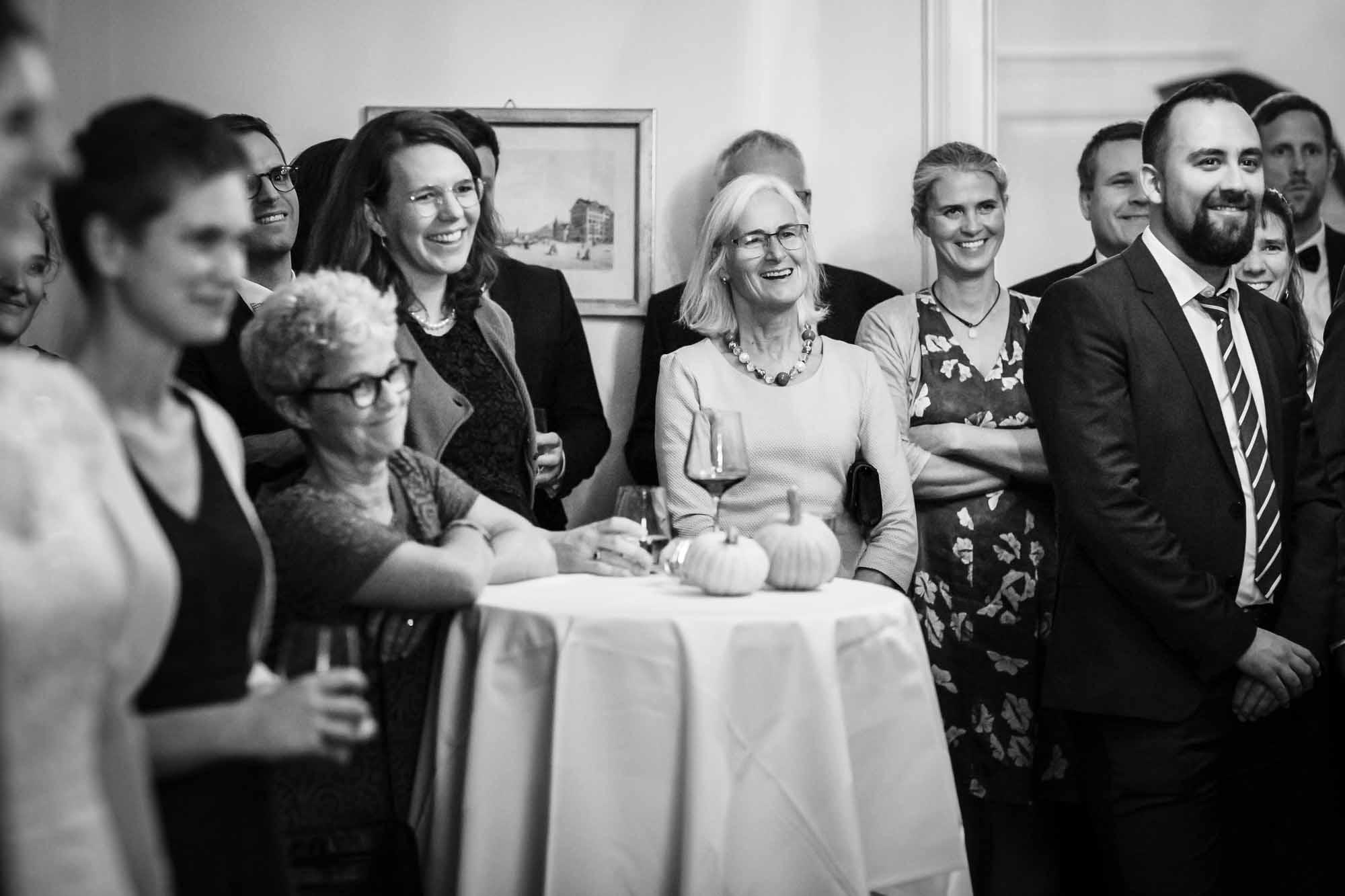 Gäste lachen