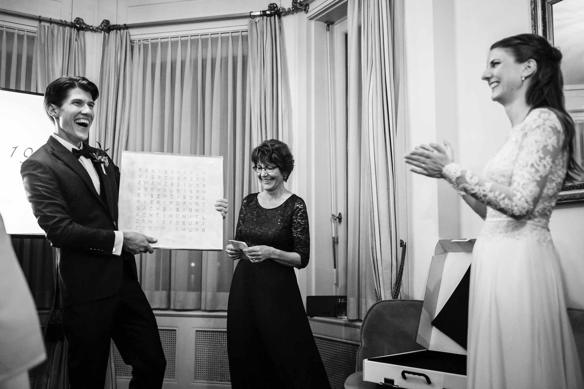Hochzeitsfotos in Luzern, Bräutigam erhält Berndeutsche Buchstabenuhr