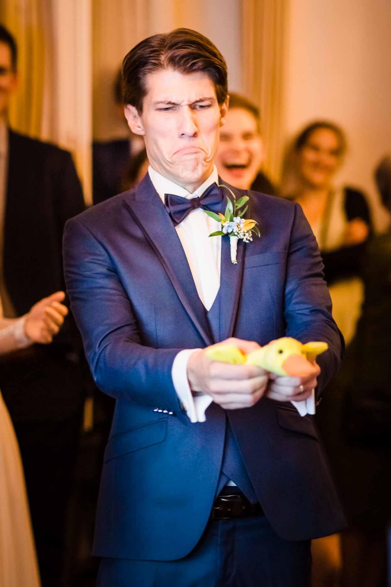 Bräutigam presst Quietschente zusammen