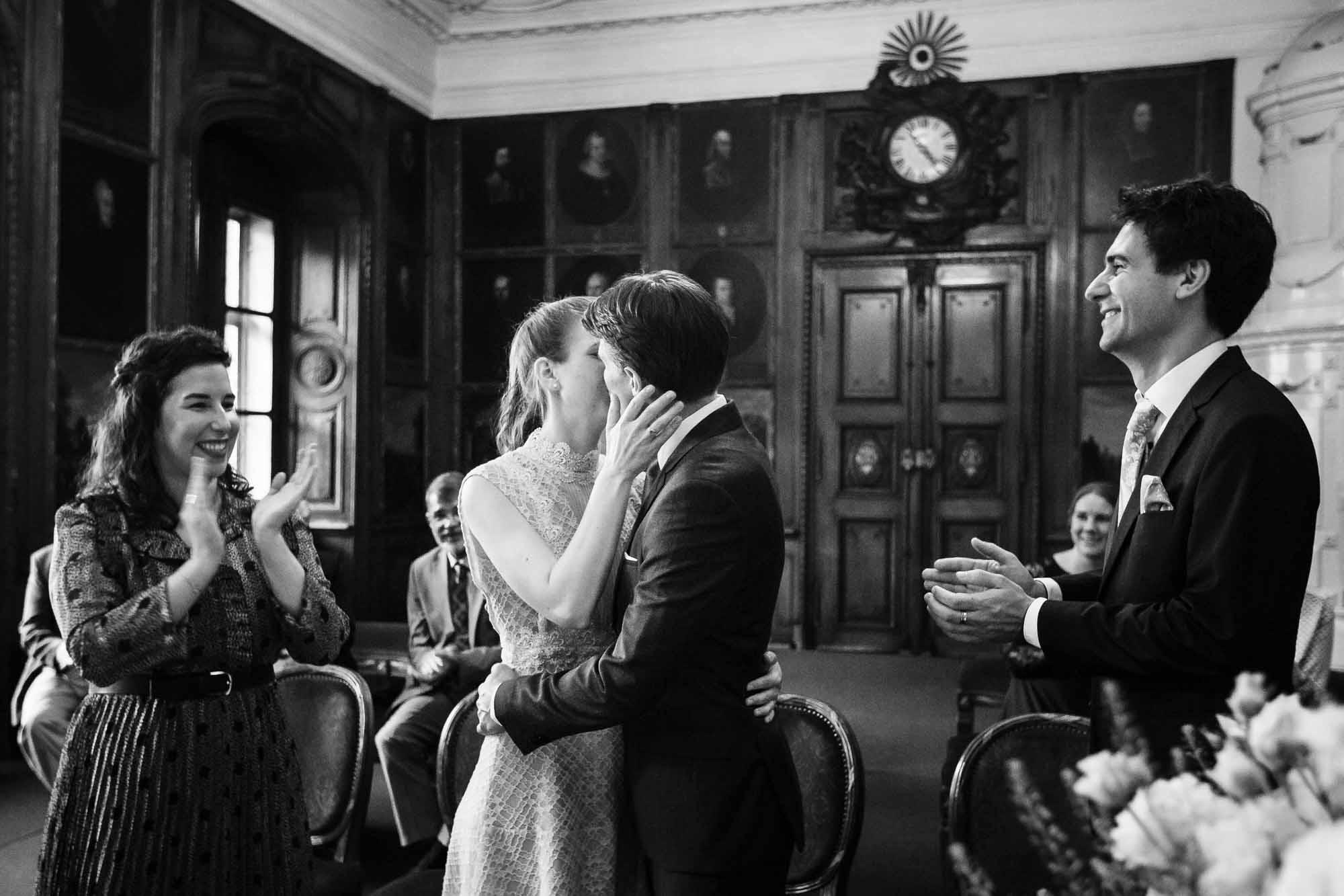 Hochzeitsbilder Luzern Zivilhochzeit Portraitsaal Kuss