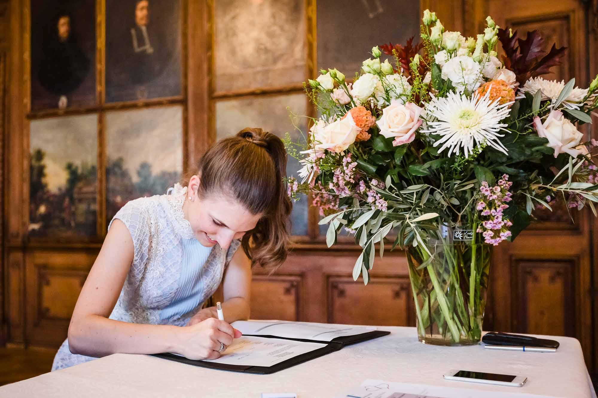 Braut unterschreibt Trauurkunde