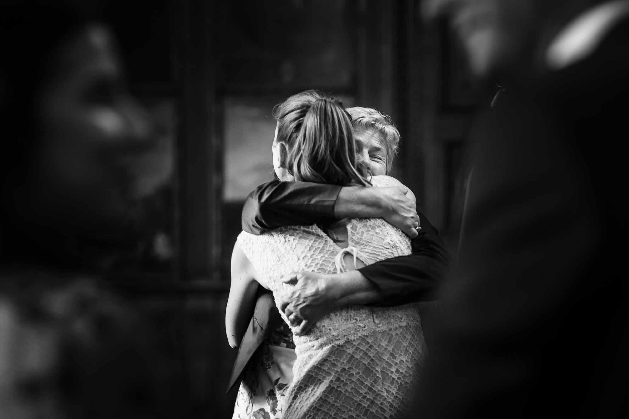 Braut wird umarmt