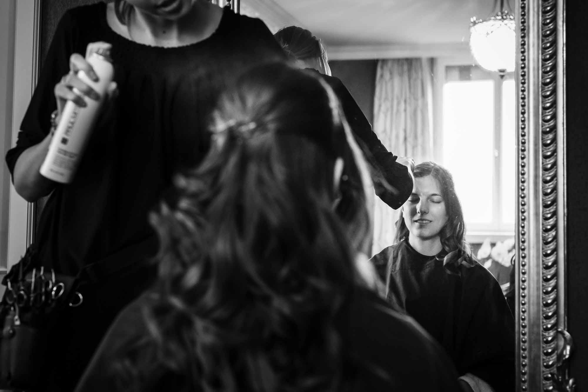 Braut wird mit Haarspray besprüht