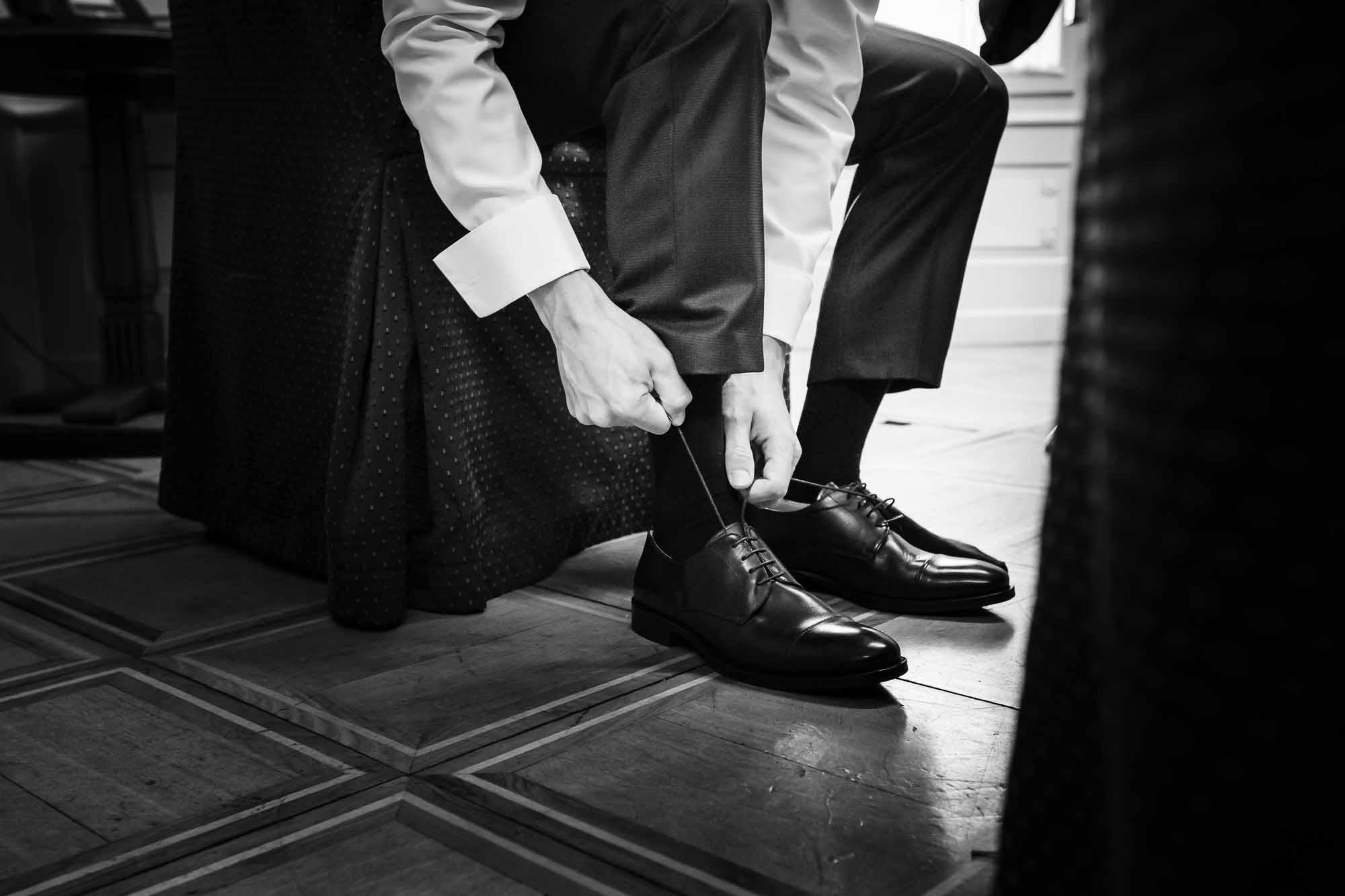 Bräutigam schnürt seine Schuhe