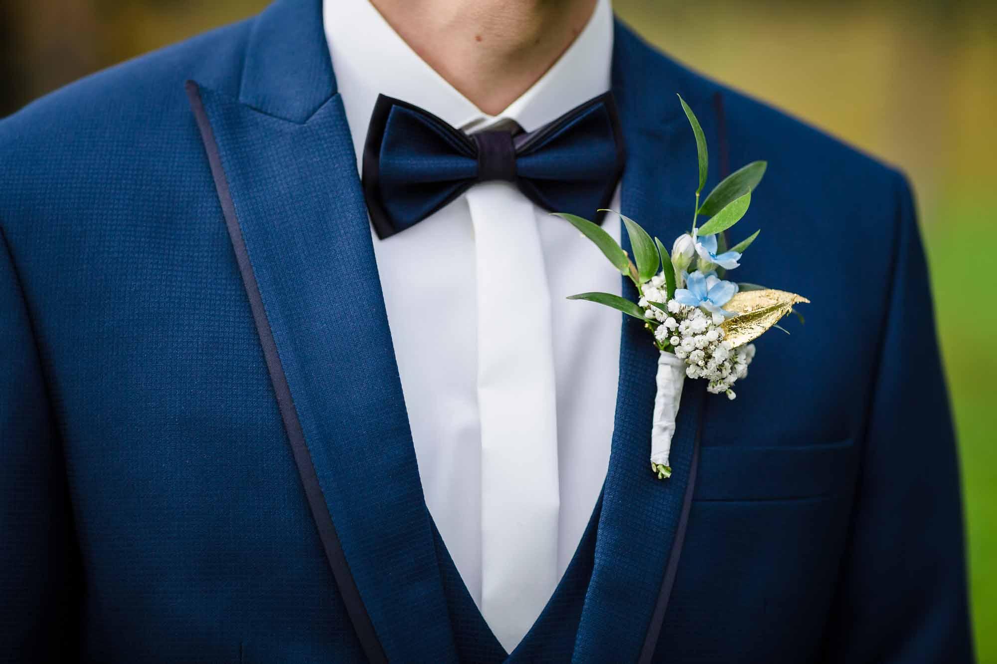 Blumenanstecker Bräutigam auf blauem Anzug Smoking
