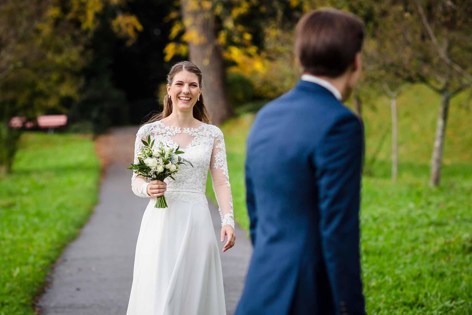 Brautpaar sieht sich zum ersten Mal