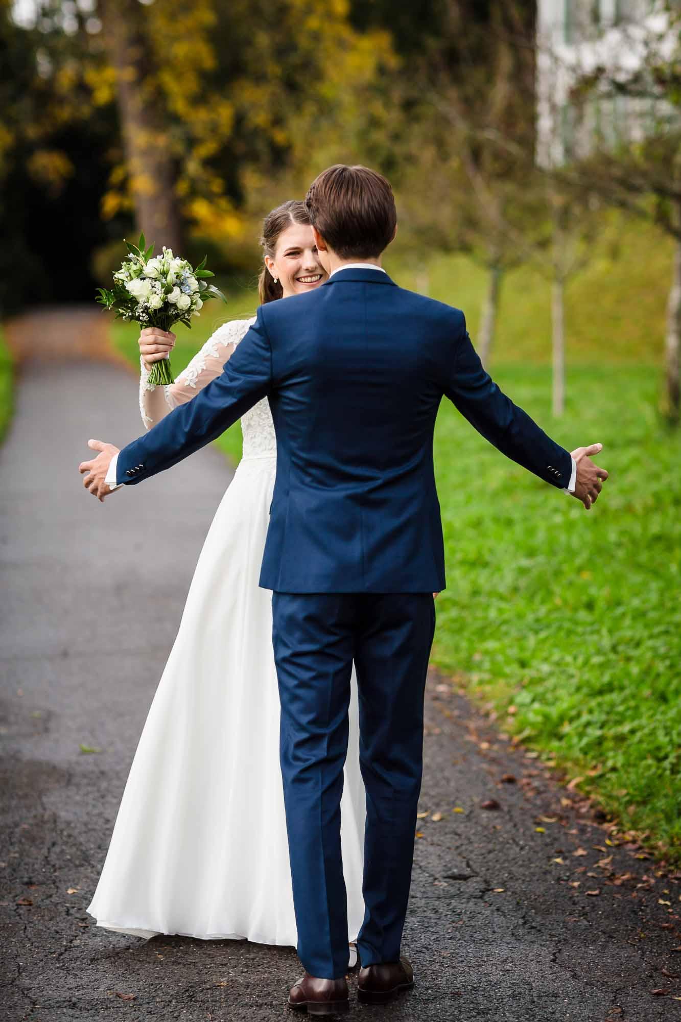 Bräutigam empfängt Braut