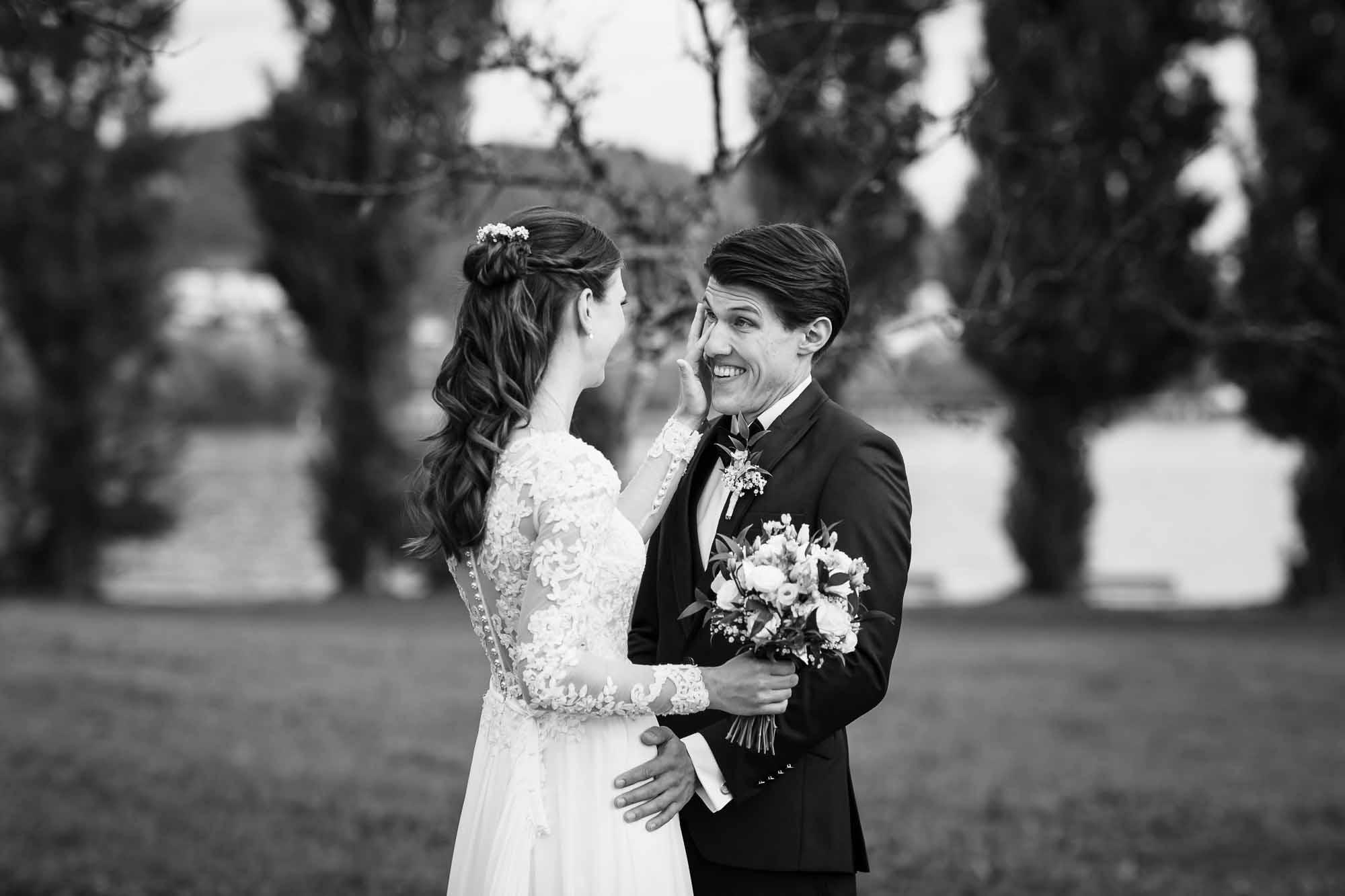 Braut wischt dem Bräutigam Freudeträne weg