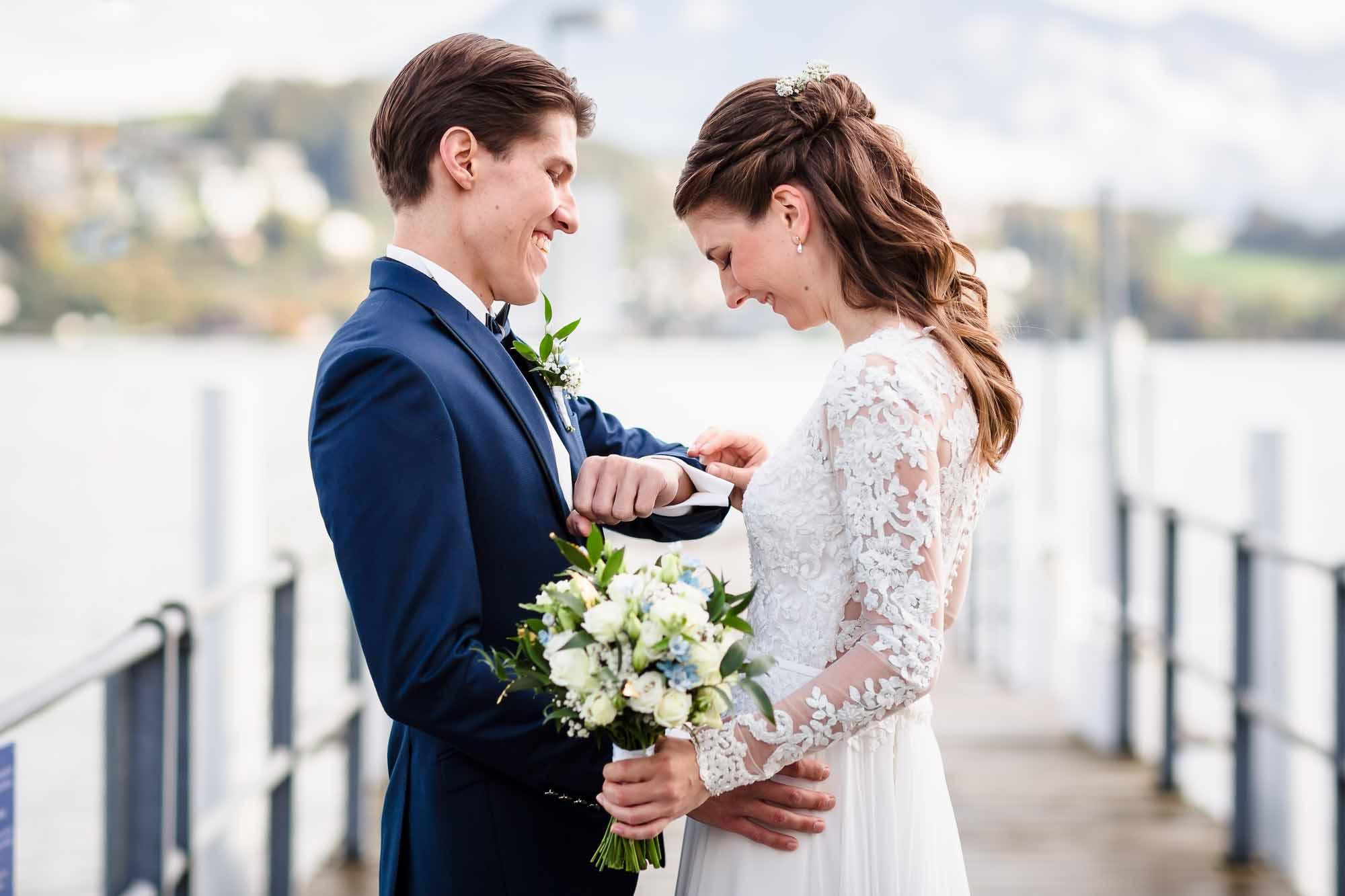 Bräutigam präsentiert Braut seine Manschettenknöpfe