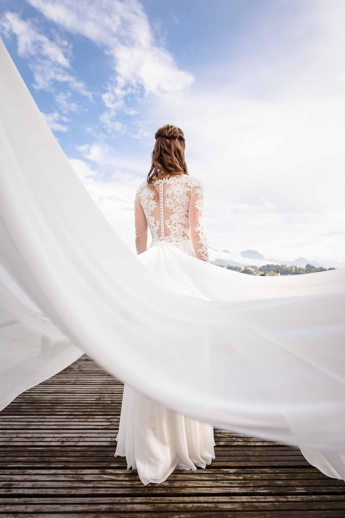 Schleppe vom Brautkleid fliegt durch die Luft