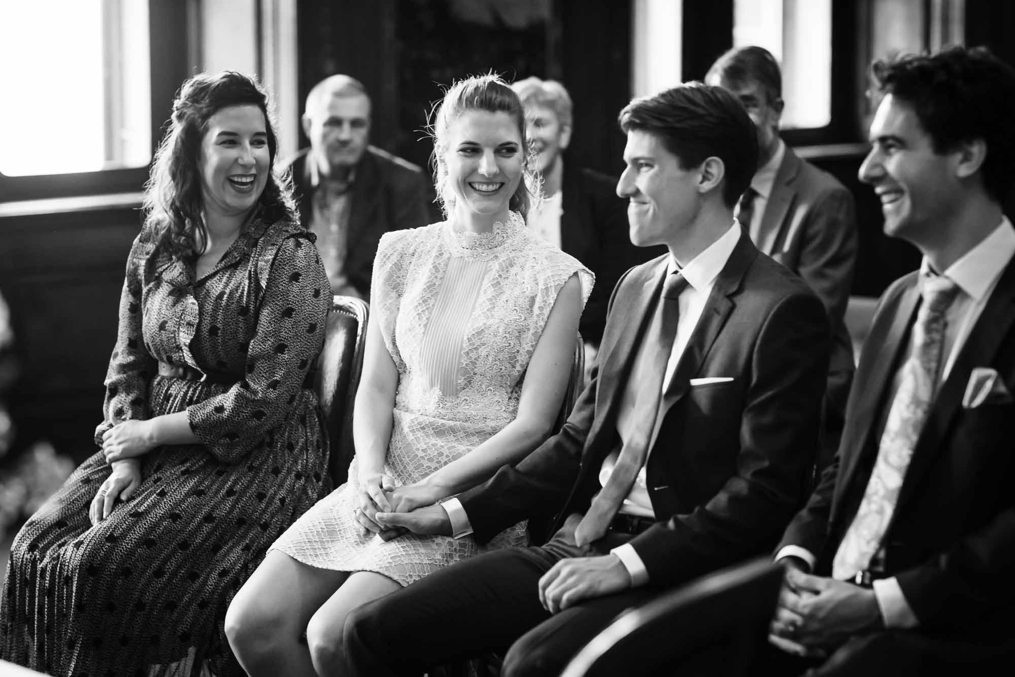 Brautpaar und Trauzeugen lachen