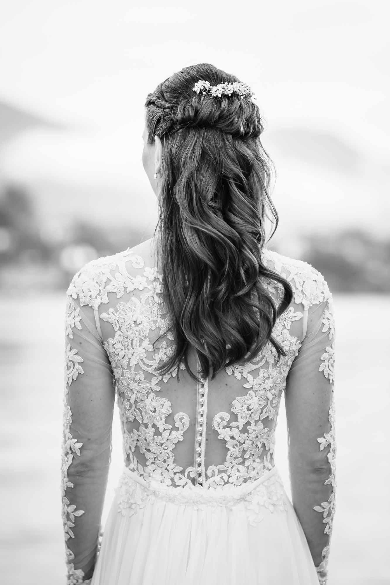 Frisur und Brautkleid