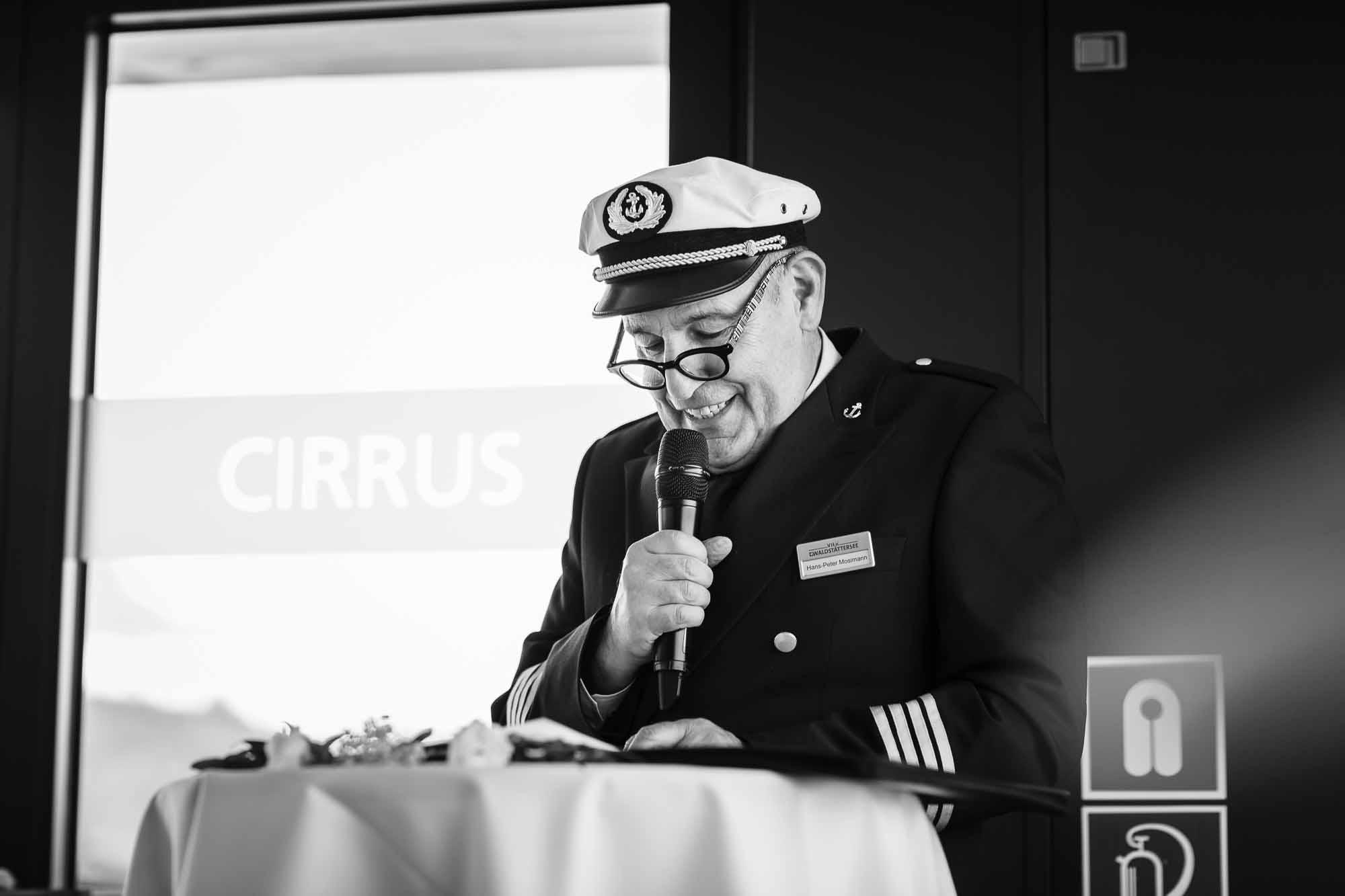Kapitän macht Trauung auf Schiff