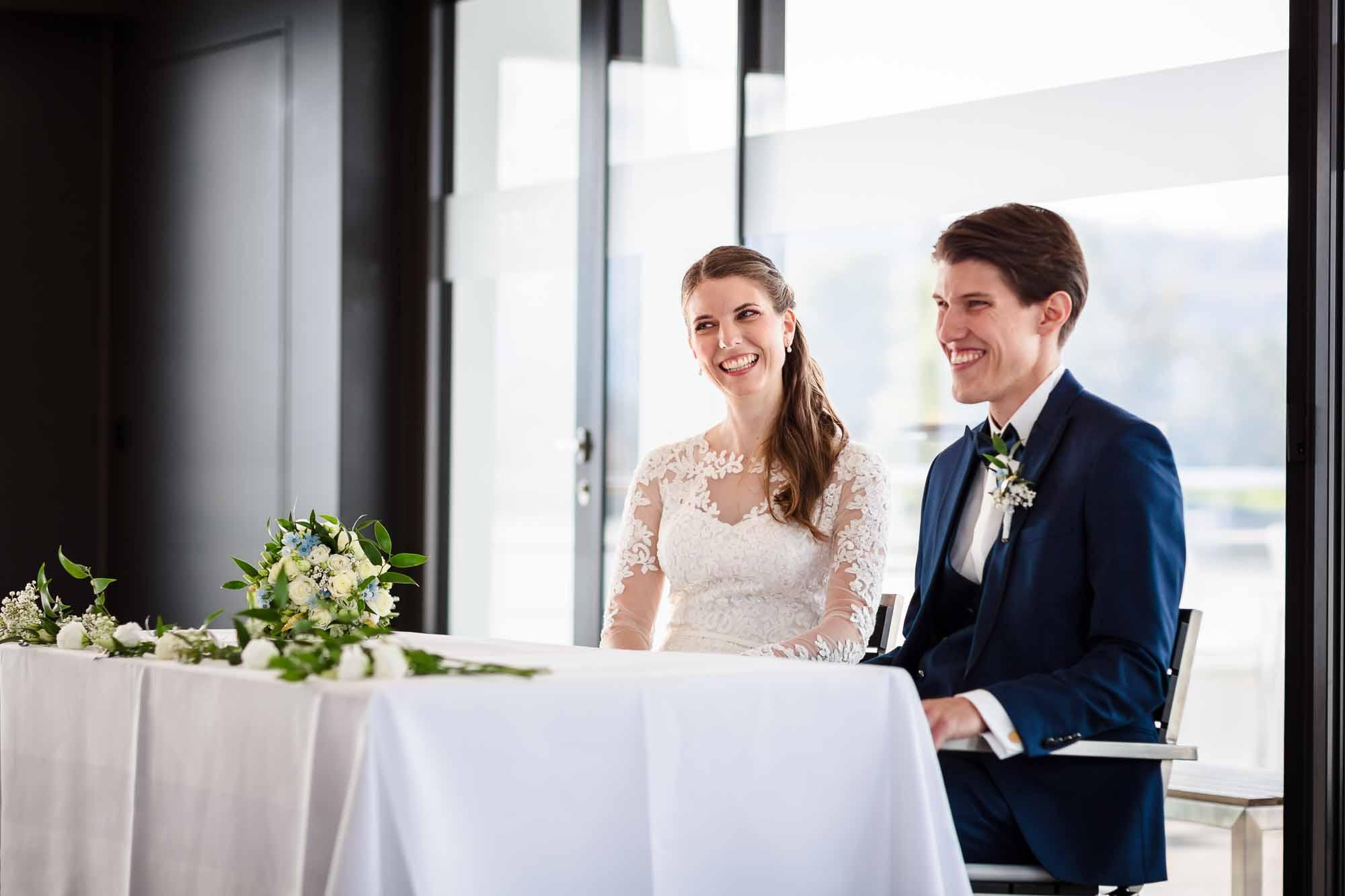 Brautpaar lacht Gäste an