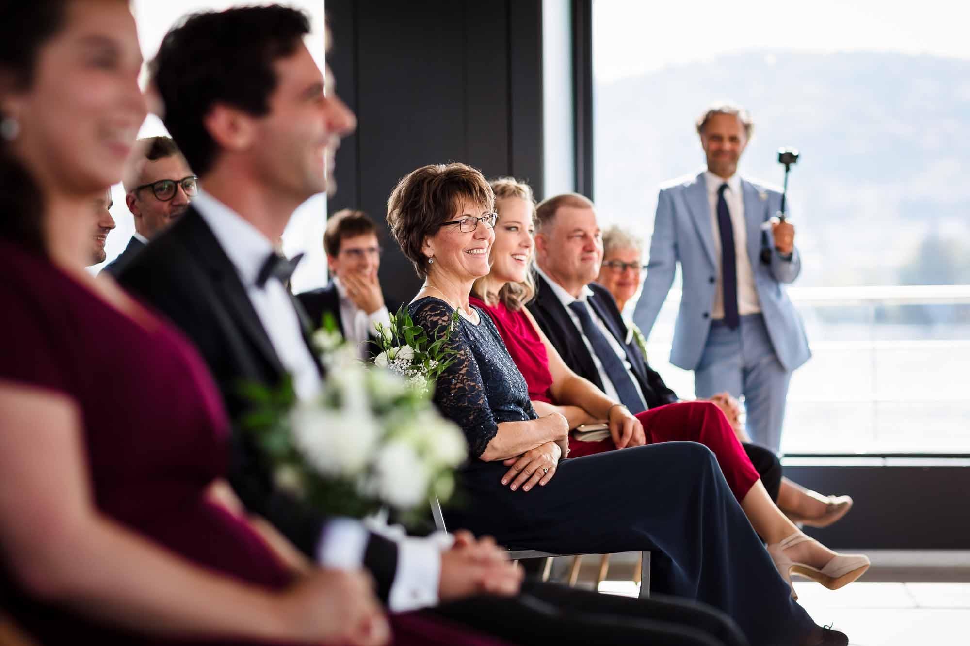 Gäste an Hochzeitszeremonie auf Schiff