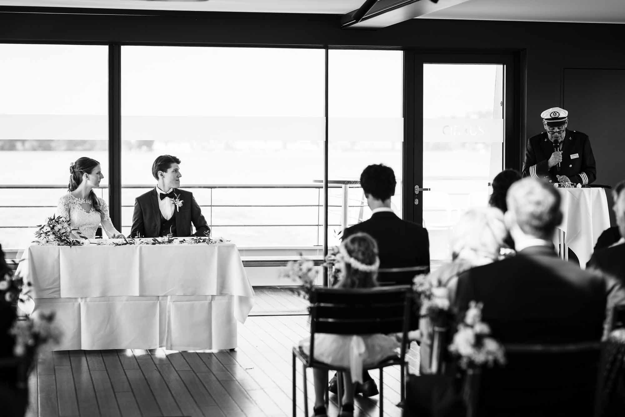 Hochzeitsfotos in Luzern Trauung auf Schiff durch Kapitän