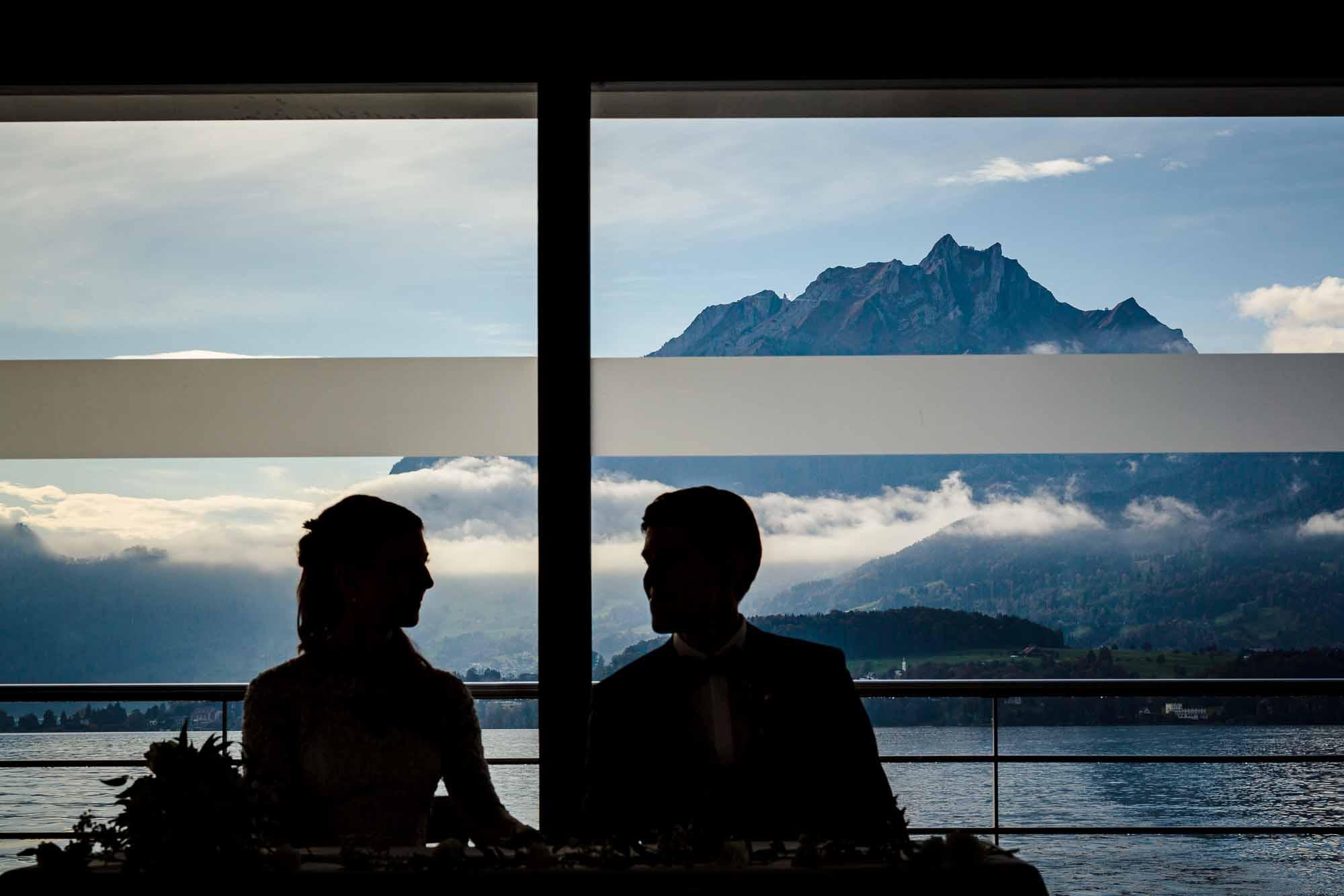 Hochzeitsfotos Luzern Silhouette Brautpaar mit Pilatus im Hintergrund