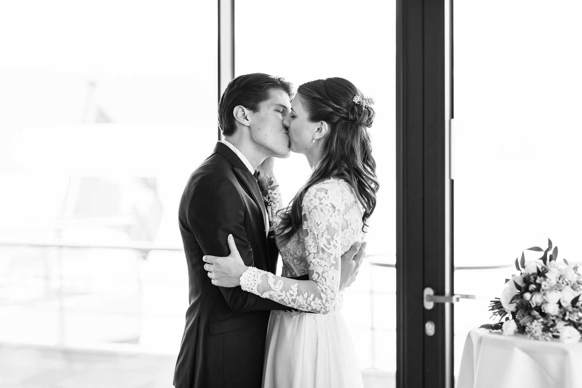 Brautpaar küsst sich nach Ja-Wort auf dem Schiff
