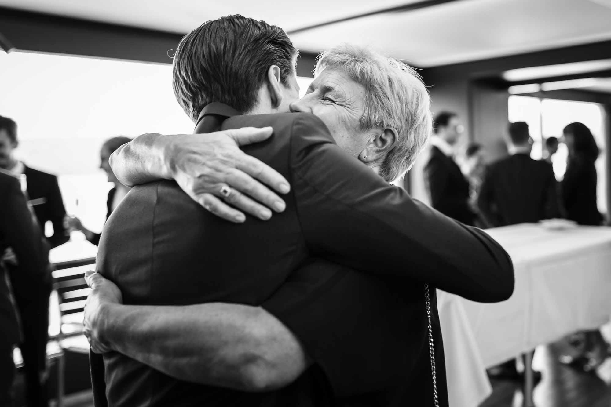 Bräutigam wird umarmt