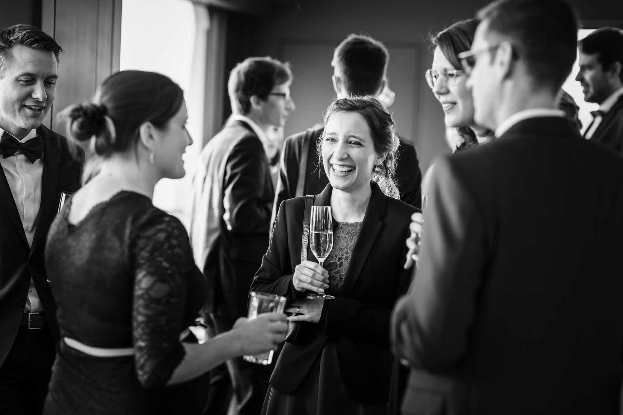 Gäste lachen während Hochzeitsapéro auf Schiff