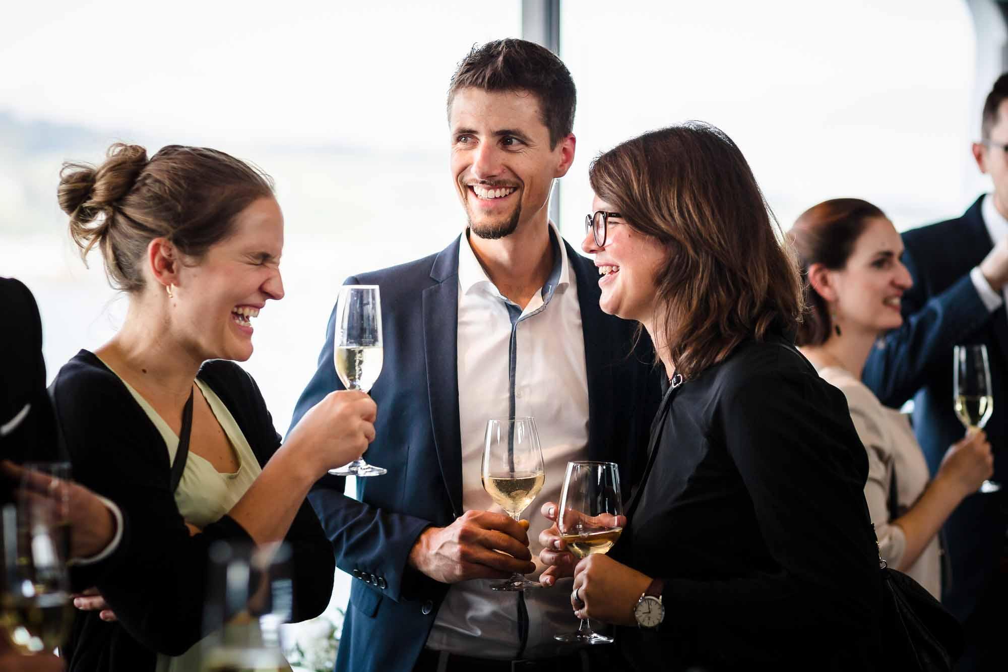 Gäste lachen während Aperitif