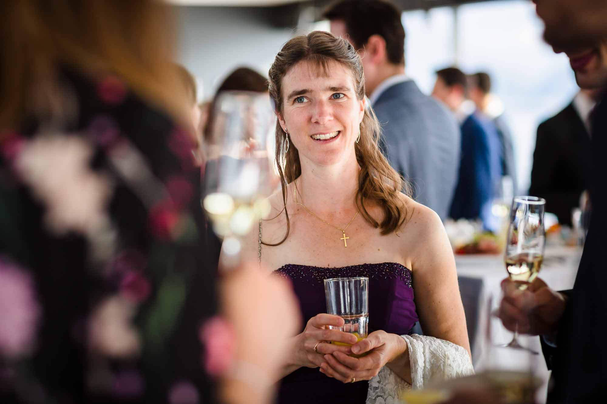 Portrait weiblicher Hochzeitsgast