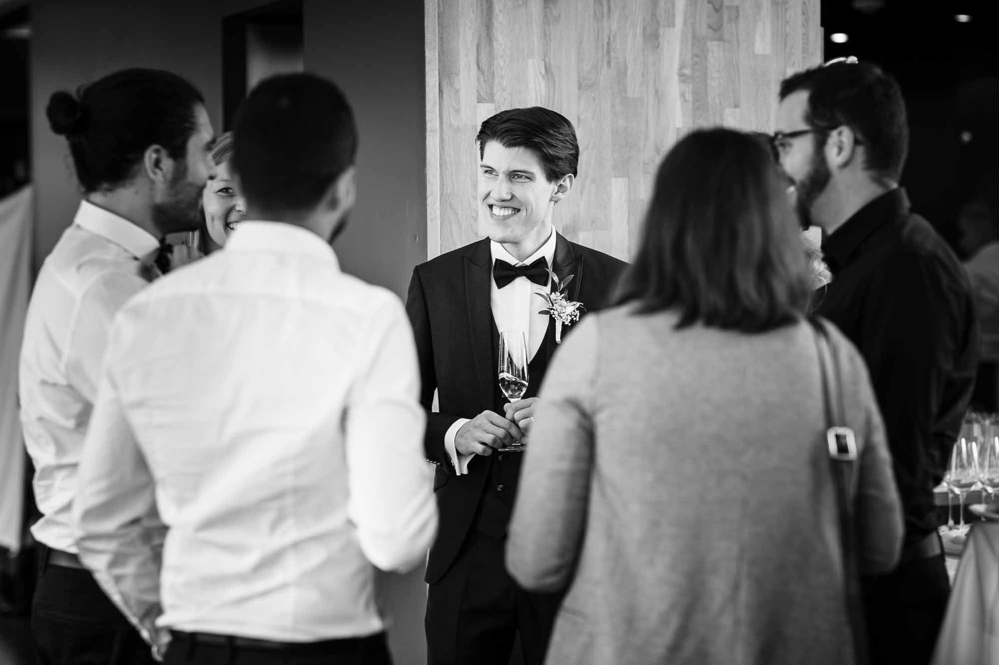 Bräutigam beim Apéro mit Kollegen