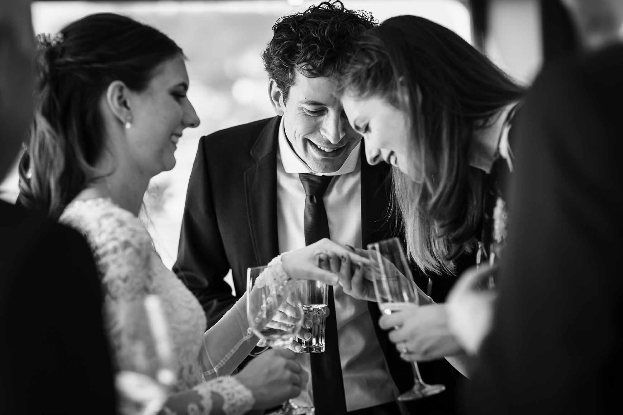 Braut zeigt Ehering den Gästen