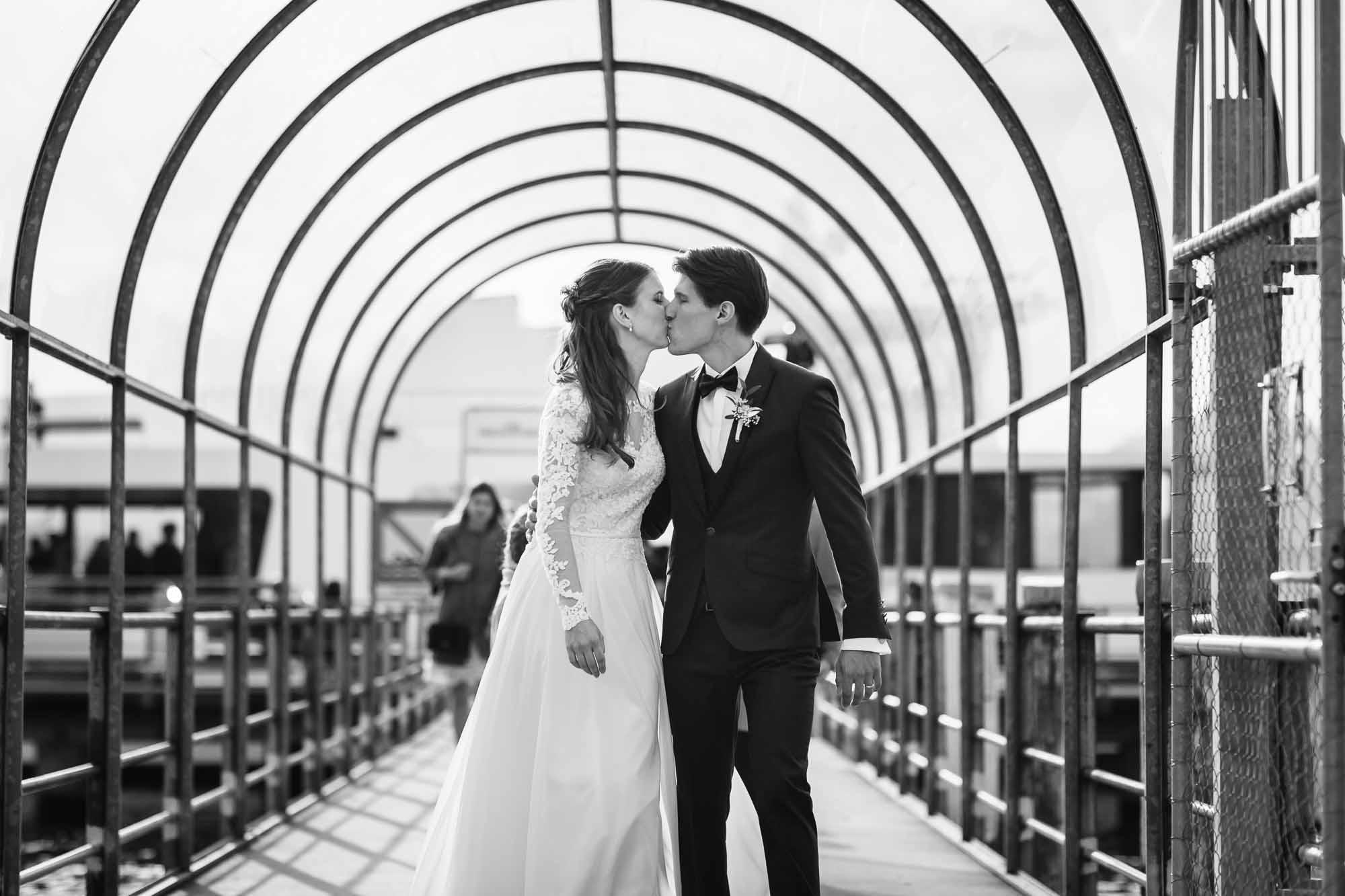 Brautpaar küsst sich auf Schiffsteg in Luzern