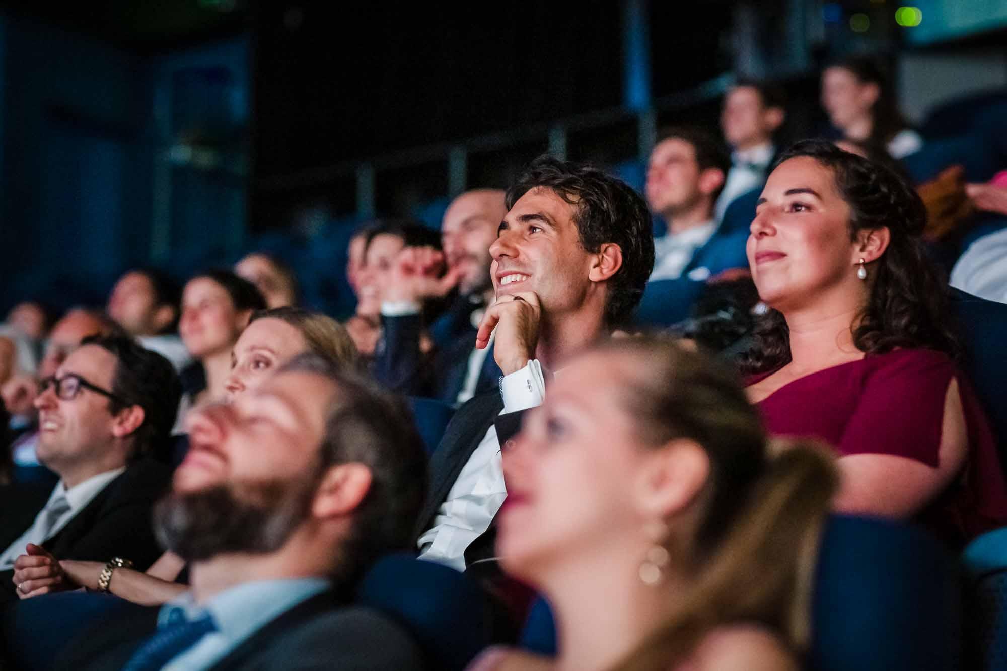 Gäste lachen während Film