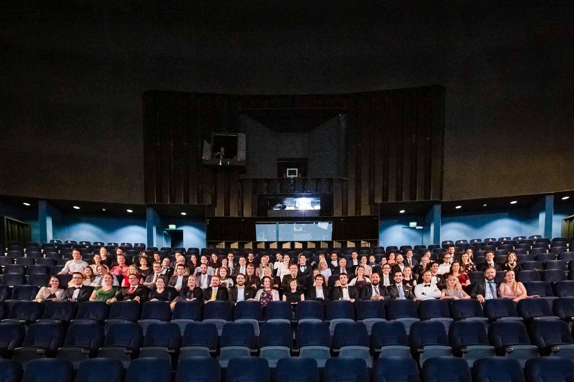Hochzeitsgruppenfoto im Kino IMAX Luzern