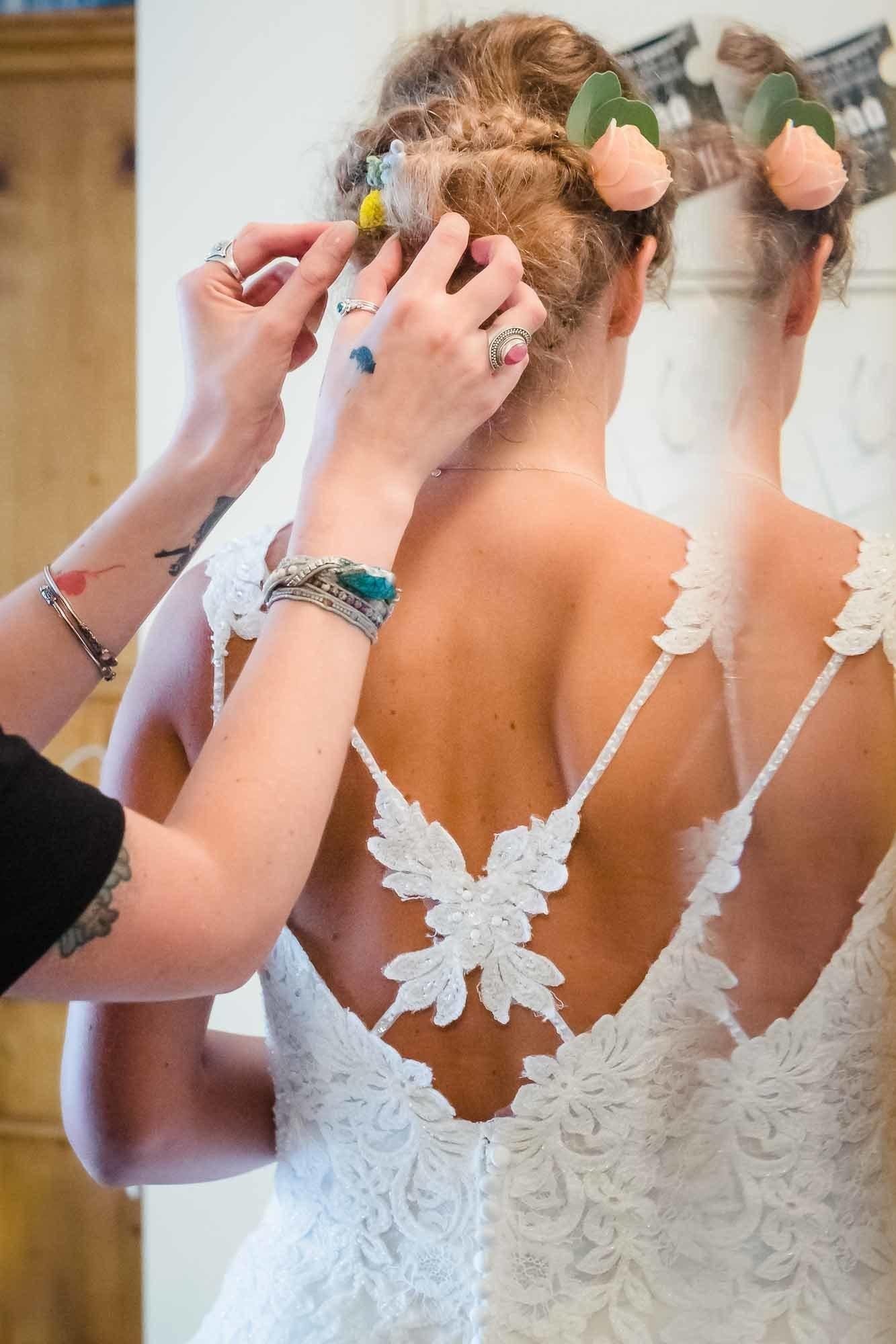 Frisur der Braut wird zurechtgezupft