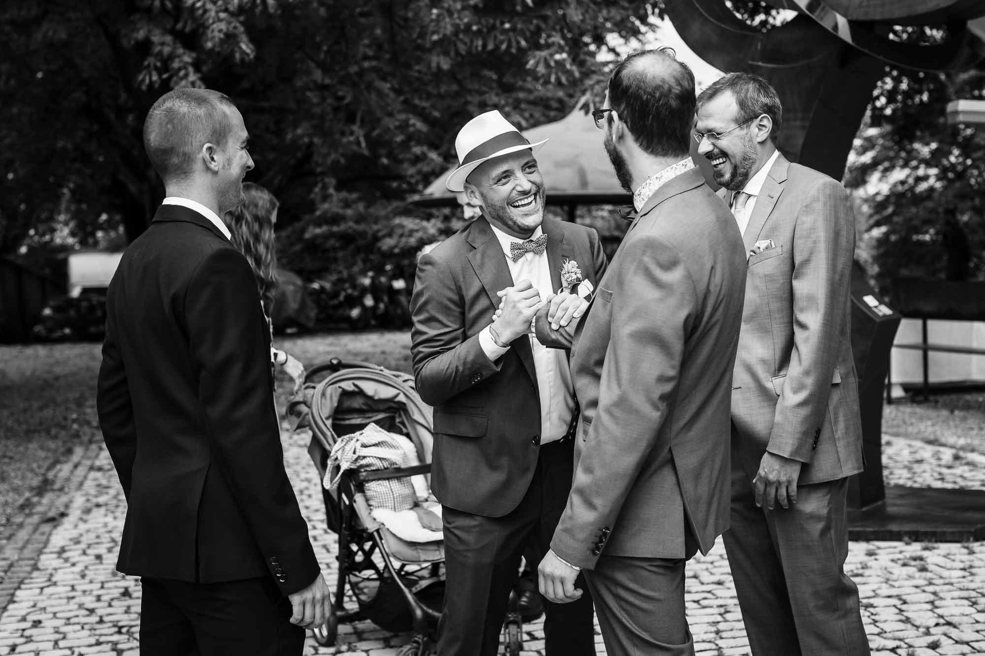 Bräutigam begrüsst mit Handschlag Kollegen