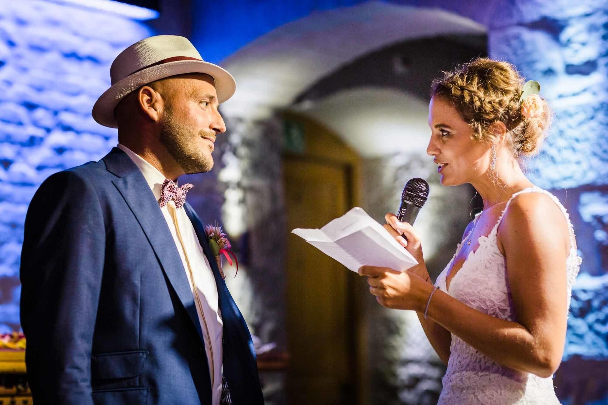 Braut liest Eheversprechen vor