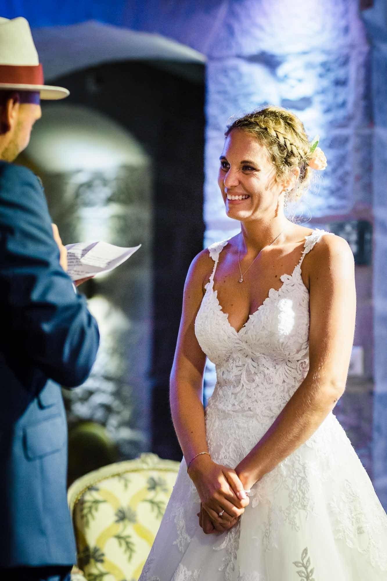 Bräutigam liest Eheversprechen der Braut vor