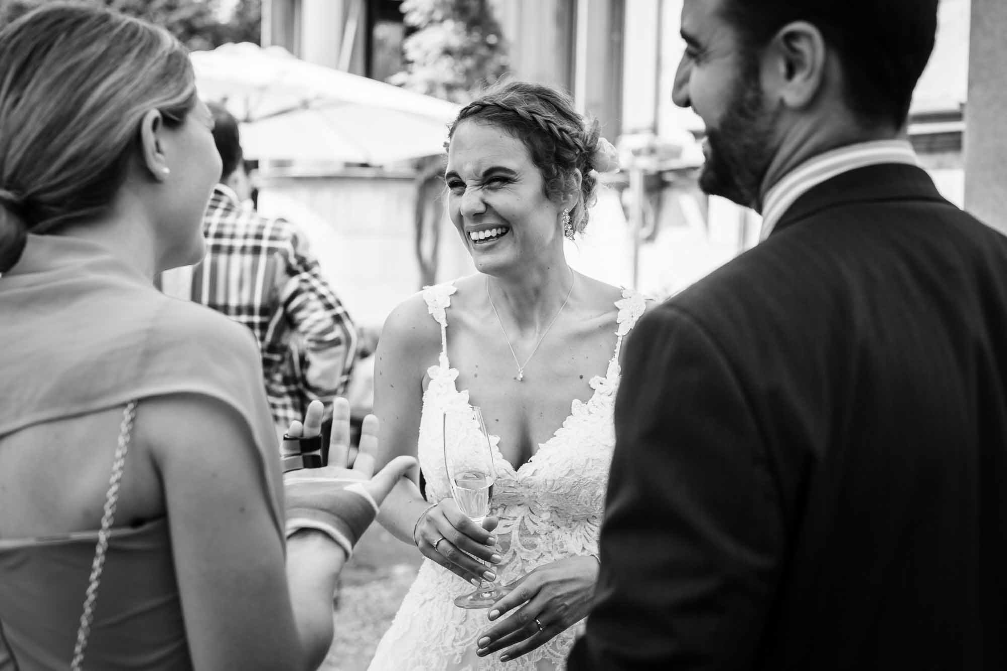 Braut nimmt Gratulation entgegen.